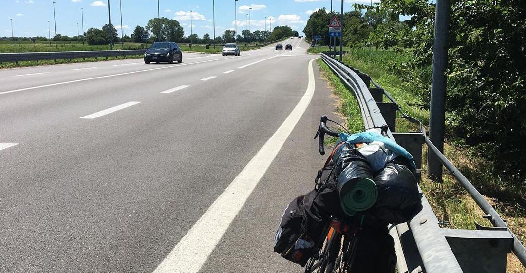"""""""Atrapado"""" por el coronavirus, estudiante viajó en bicicleta 48 días para reencontrarse con su familia"""