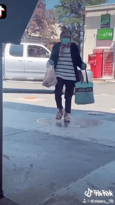 Una chica se disfraza como anciana para ir a una tienda