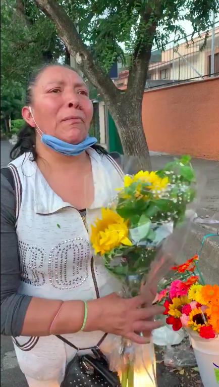 """""""¿Cuándo va a acabar esto?"""" Vendedora de flores denuncia agresiones de policías y pide ayuda a AMLO"""