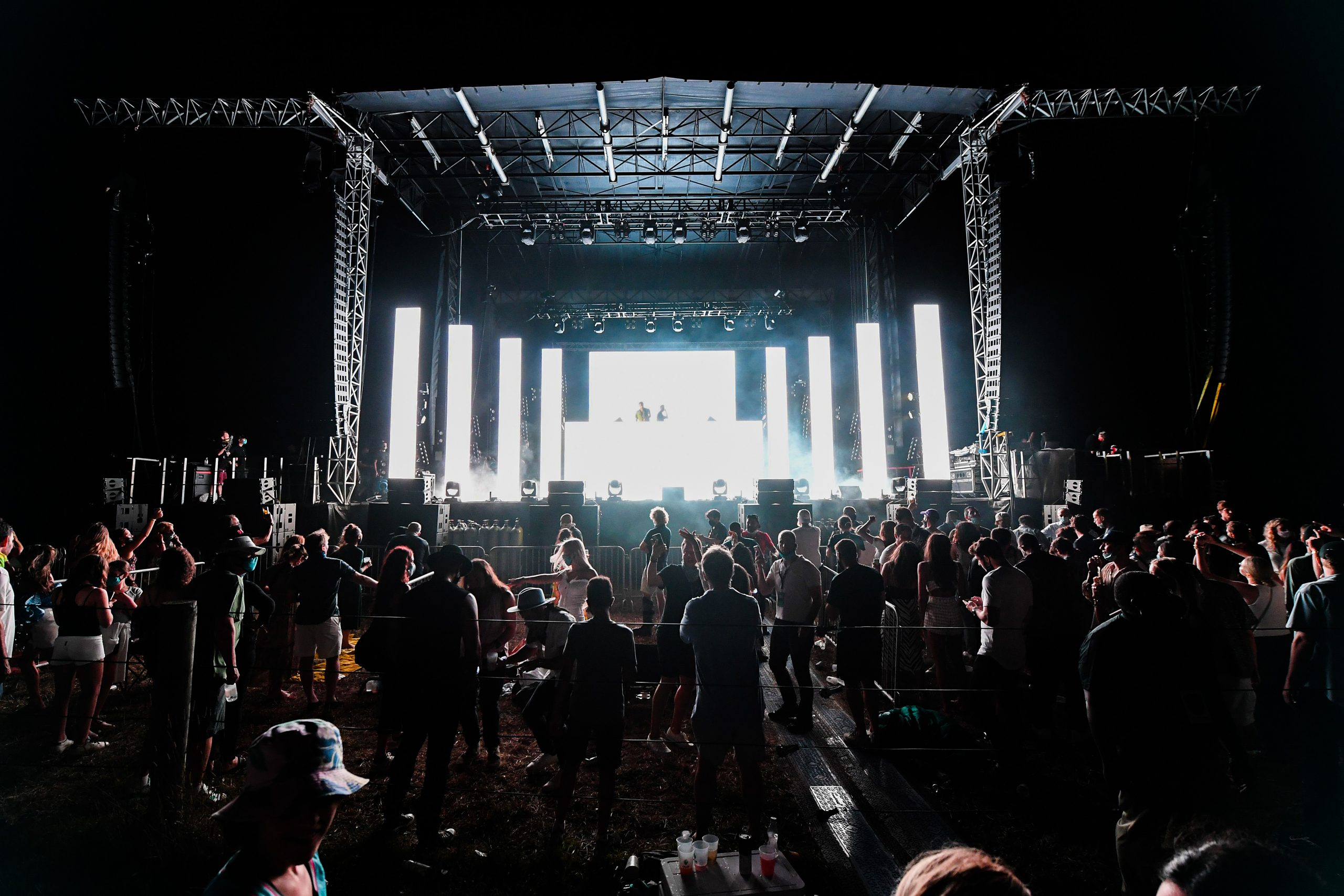 The Chainsmokers dio un concierto en un autocinema... y el público no respetó la sana distancia
