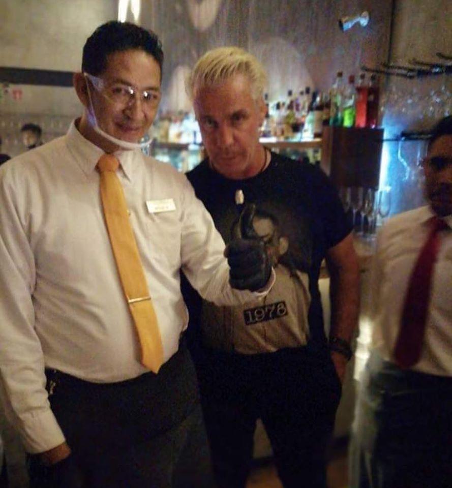 Till Lindemann con algunos empleados del restaurante en Cancún