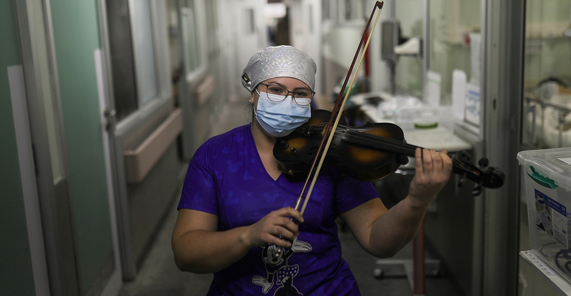 Enfermera en Chile toca el violín para los pacientes de COVID-19 en un hospital