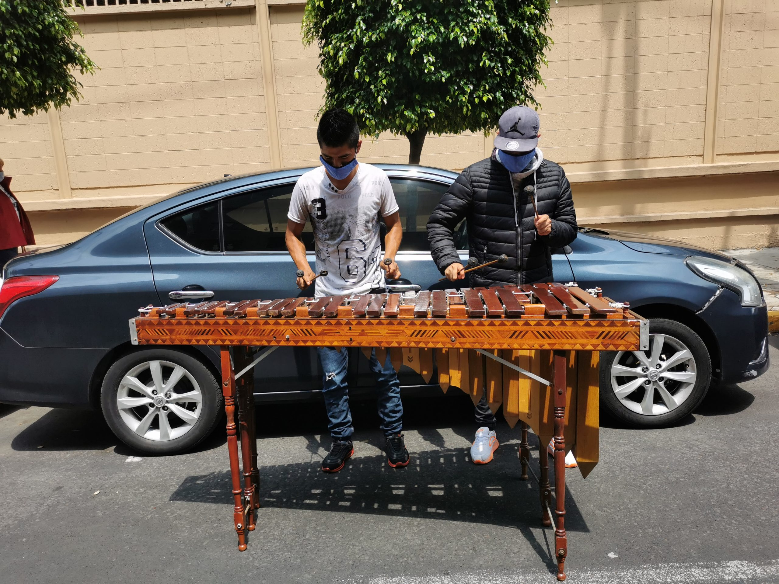 Juan y Daniel son la marimba que alegra las calles de la Ciudad de México