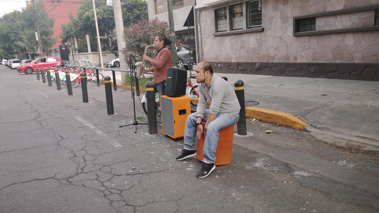 La historia del saxofonista que dejó los escenarios por las calles de la CDMX