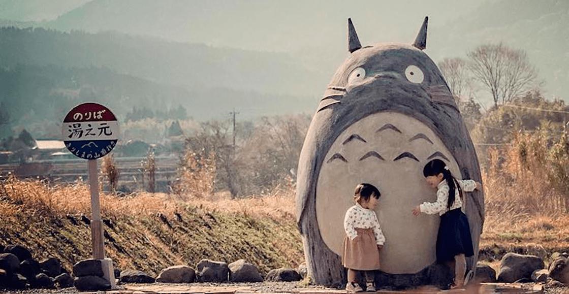 ¡Queremos abrazarlo! Abuelitos construyeron una estatua de Totoro para sus nietas