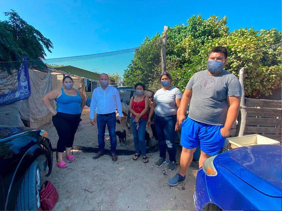 Alcalde publica fotos con pobladores y les pone 'cubrebocas virtuales'