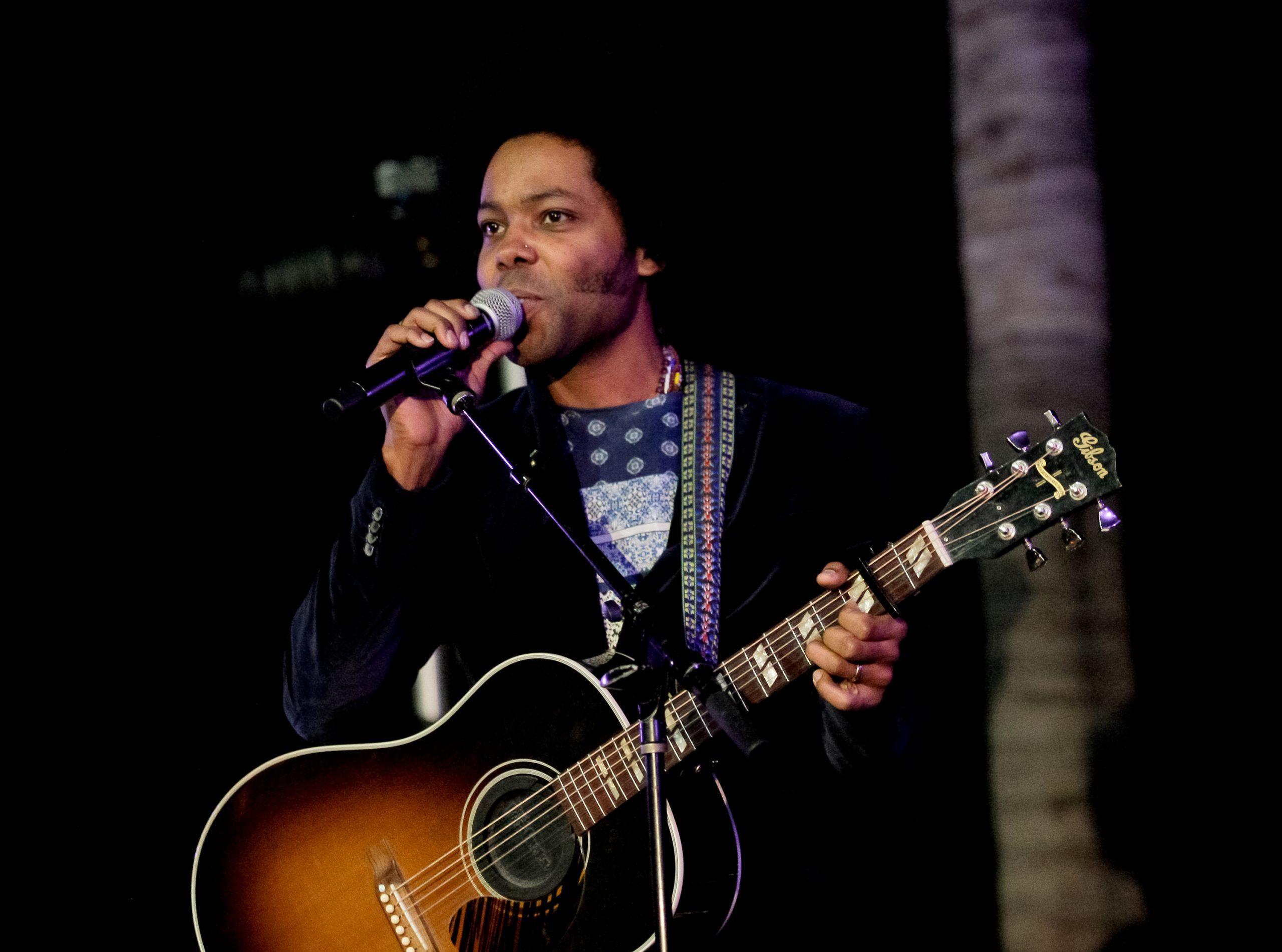 """""""La música es mágica y tiene el poder de cambiar las cosas"""": Una entrevista con Alex Cuba"""