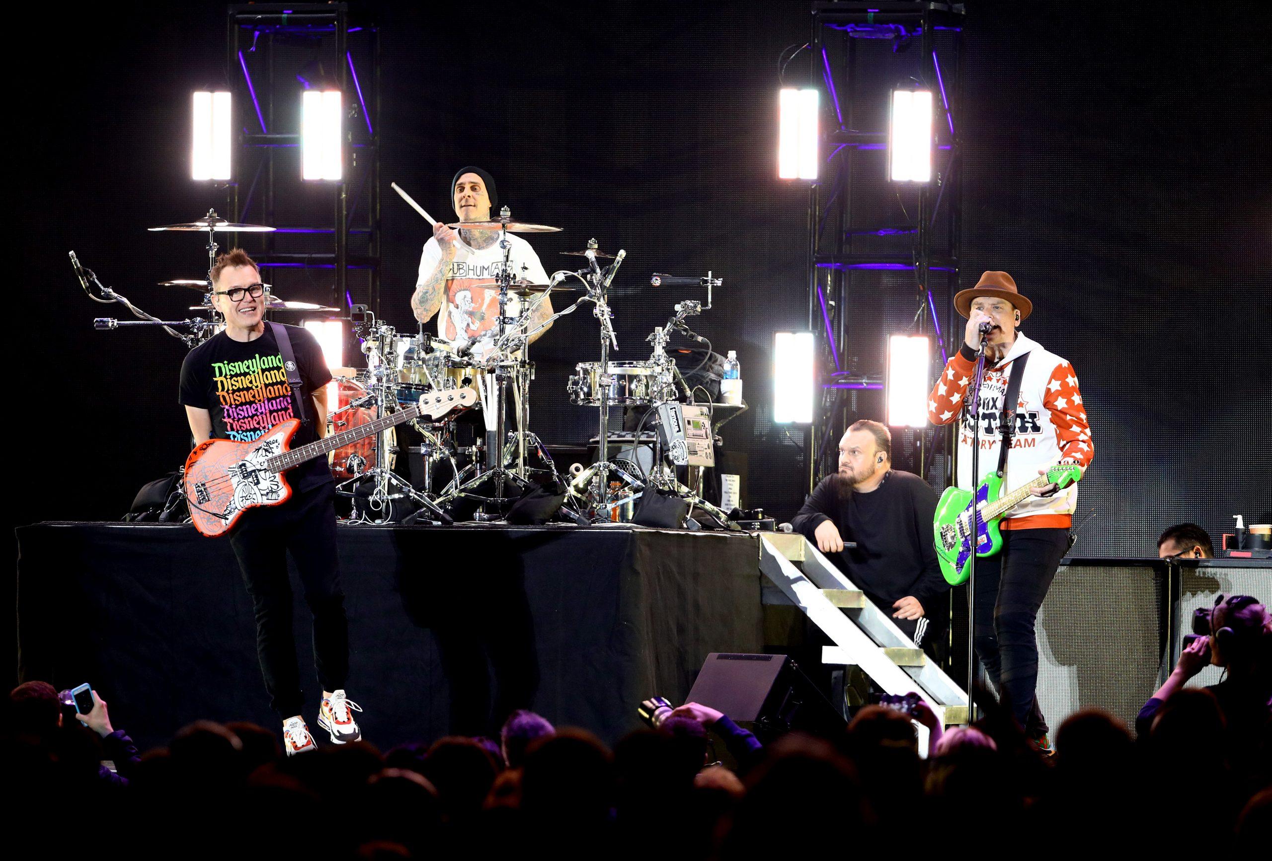Blink-182 vuelve al punk rock crudo con su 'atinada' rola llamada