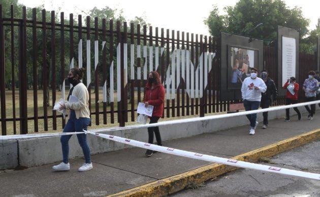 Poniendo el ejemplo: Papás sin cubrebocas provocan aglomeraciones, en exámenes de admisión a bachillerato en Mexico