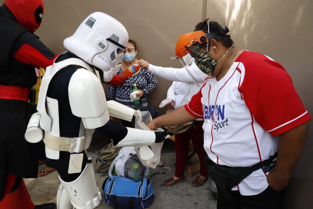 Ayuda de otra galaxia: Fans de Star Wars se unen para regalar comida afuera de un hospital en Yucatán
