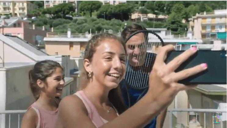 El emotivo y viral video en el que Federer sorprende a las tenistas que jugaban en la azotea