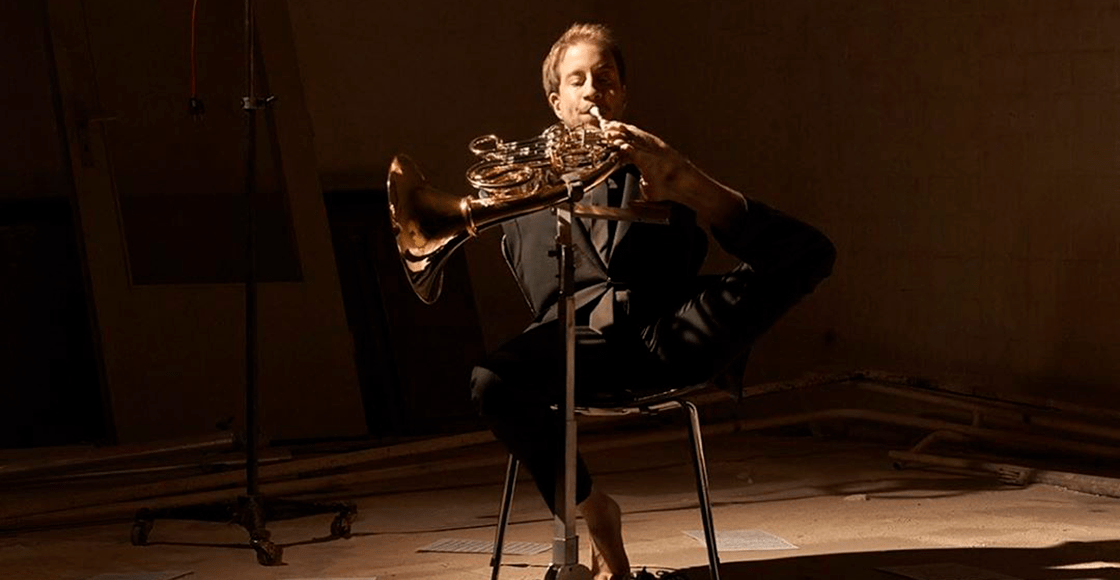 Felix Klieser, el músico que toca el corno con los pies para La Orquesta Imposible de Alondra de la Parra