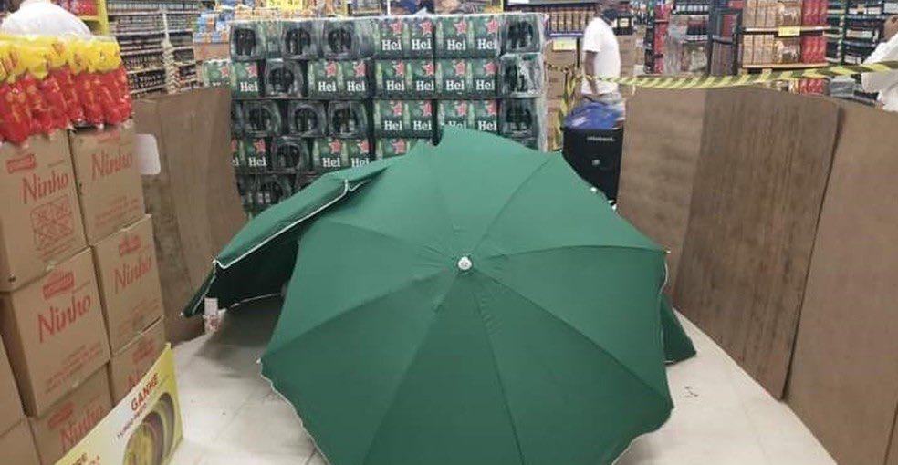 Hombre muere en un supermercado y lo tapan con paraguas para no cerrar