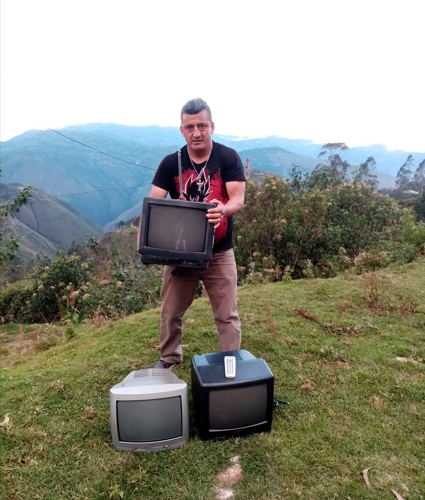 ¡Aplausos! Maestro reparte televisiones para que sus alumnos no se queden sin clase