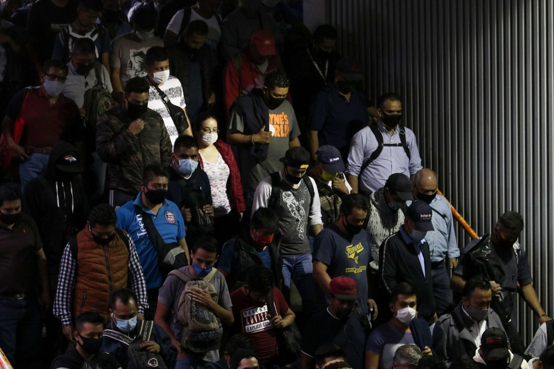 Usuarios del Metro evidenciaron lleno total en Pantitlán en plena pandemia