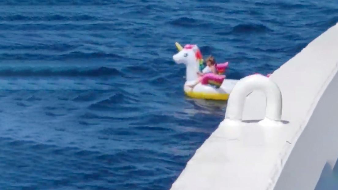 Rescatan a niña de 4 años que flotaba a la deriva en un salvavidas de unicornio