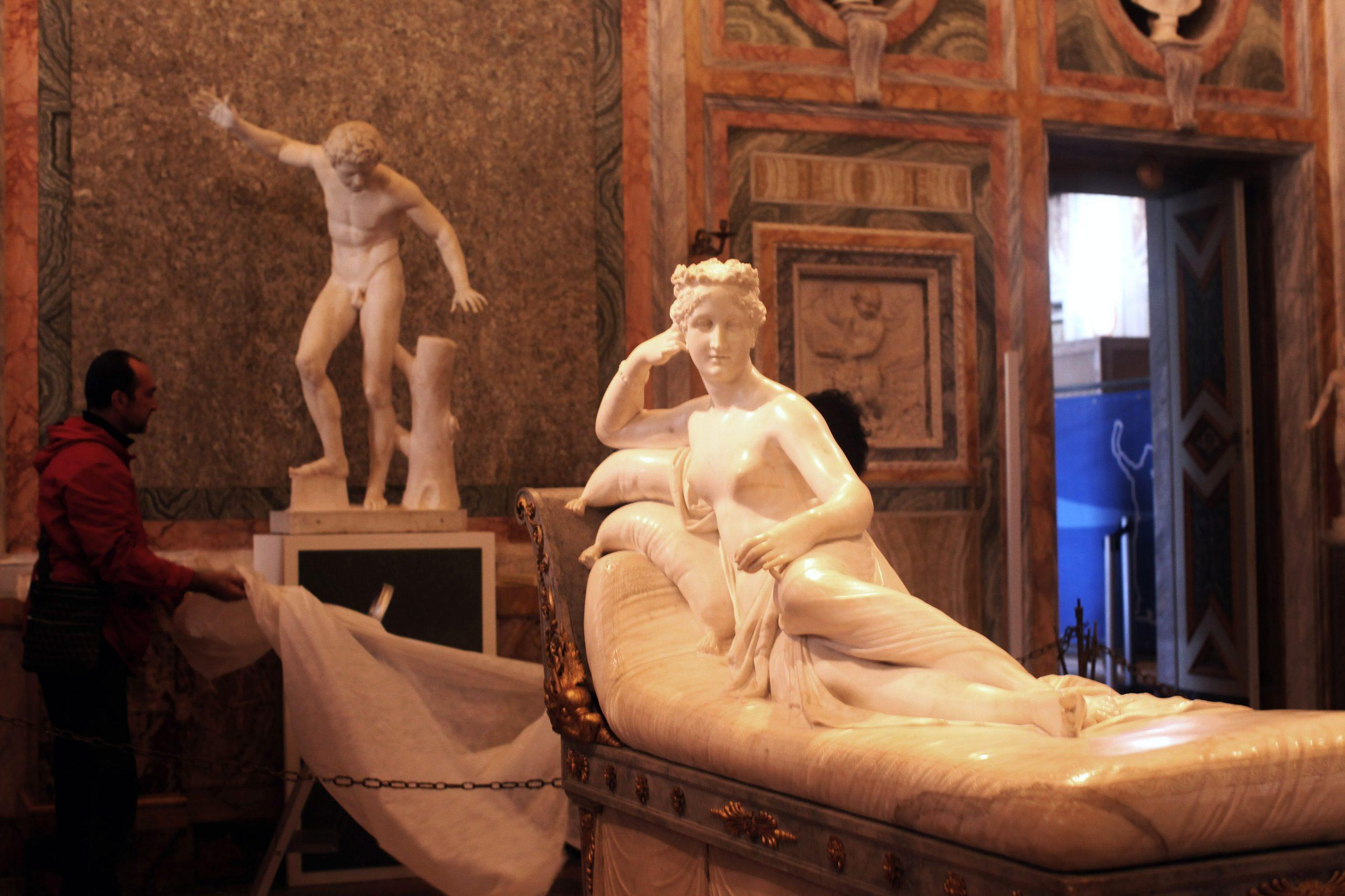 La selfie más cara de la historia: Hombre rompe una escultura por tomarse una foto en un museo de Italia