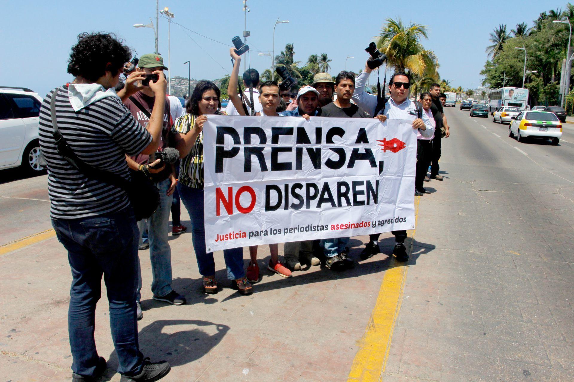 ACAPULCO, GUERRERO, 30MAYO2018.- Reporteros de diferentes medios de Acapulco, se manifestaron por una hora en la costera para exigir justicia por el asesinato del corresponsal del Excélsior en Tamaulipas el periodista Héctor González Antonio, asesinado el día de ayer, y por el caso del periodista Luis Daniel Nava, corresponsal del periódico El Sur en Chilapa, Guerrero, quien fuera privado de su libertad y golpeado.<br srcset=