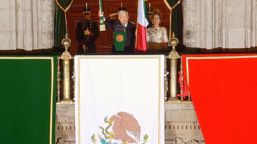 Andres Manuel López Obrador dando el grito de Independencia en el Zócalo