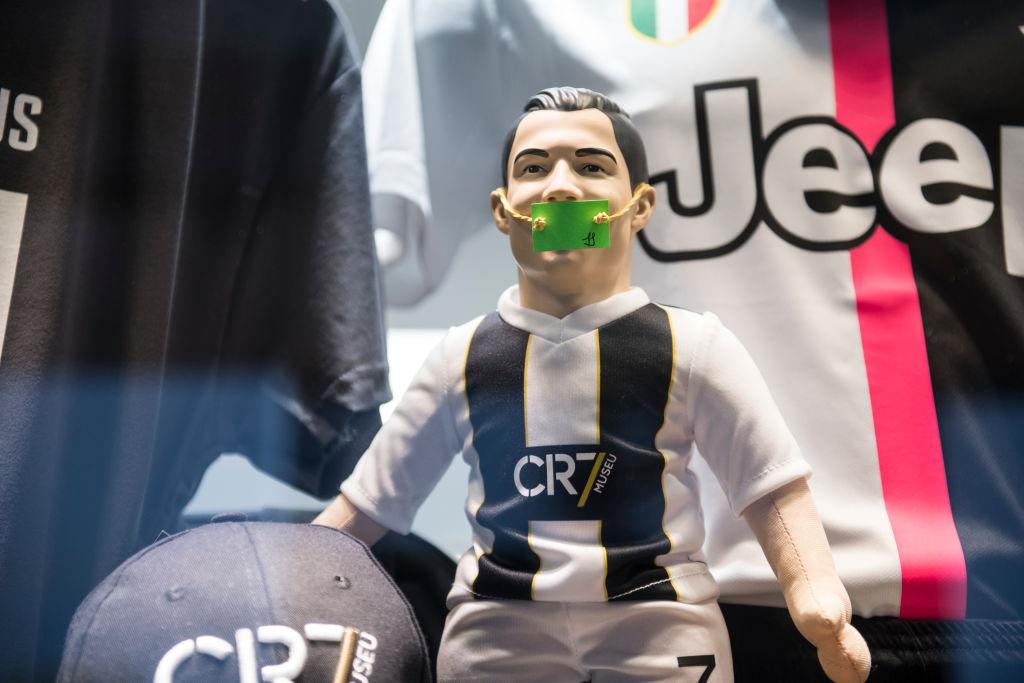 El momento en el que regañan a Cristiano Ronaldo por no usar cubrebocas