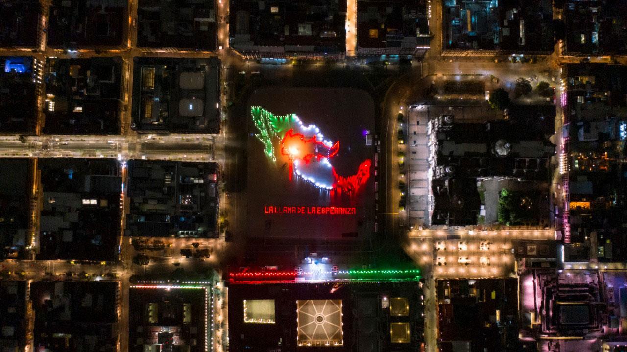 La llama de la esperanza en el Zócalo de la Ciudad de México