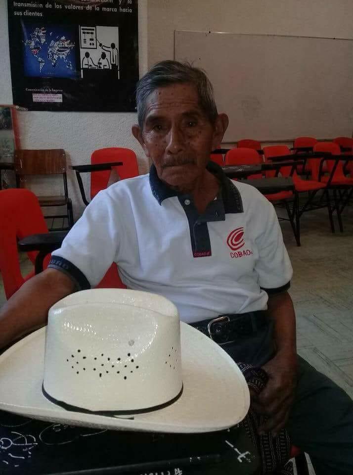 ¡Un verdadero ejemplo! Abuelito de 80 años logra terminar la preparatoria en Oaxaca