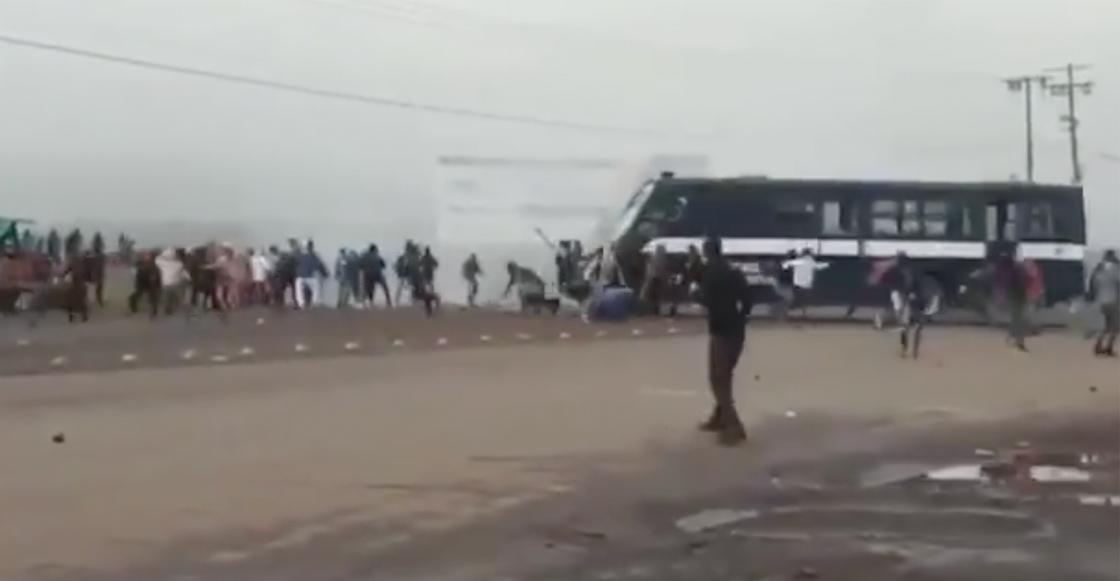 camion-policia-michoacan-normalistas