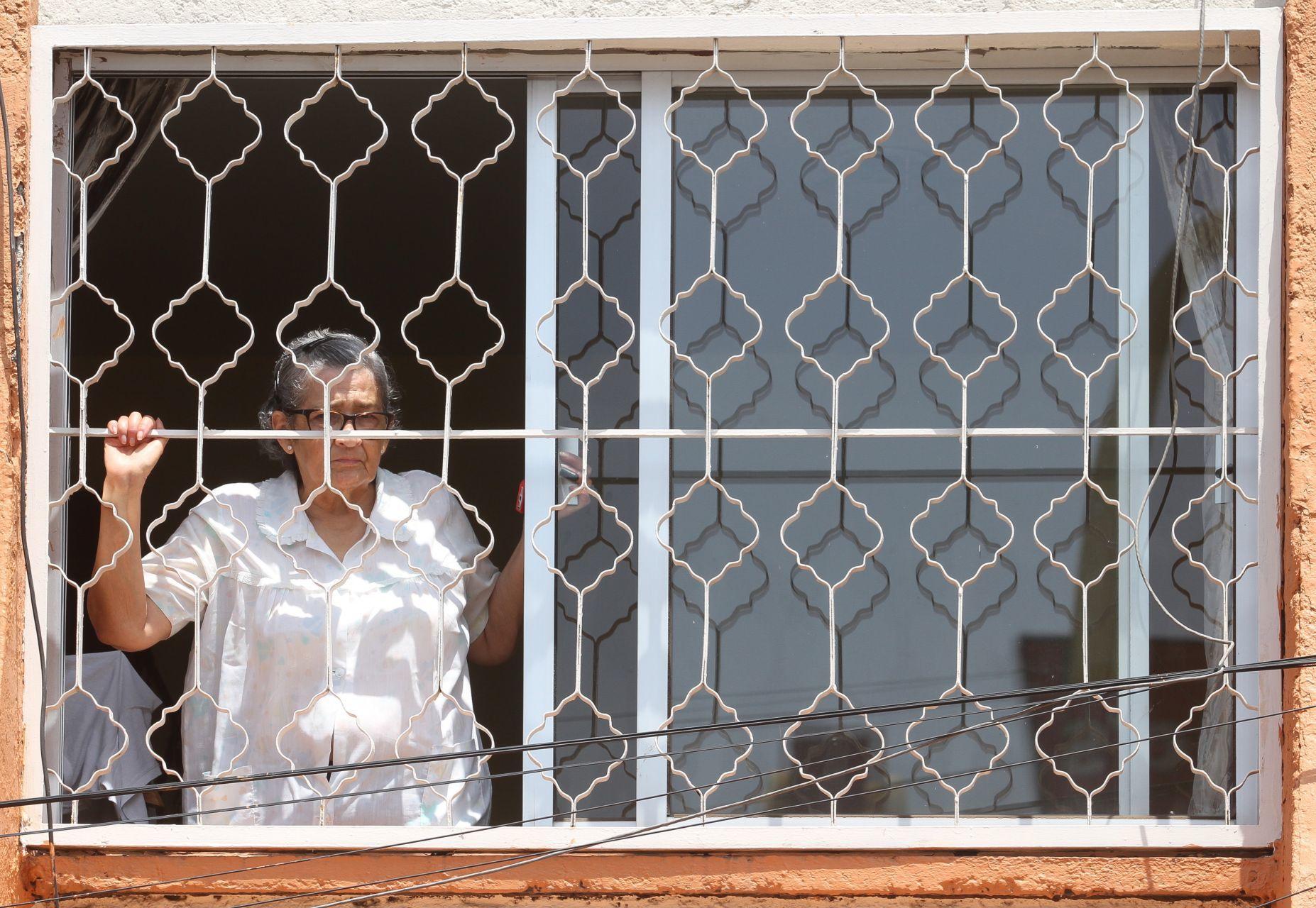 Qué poca: Rescatan a abuelito que fue encerrado en una caja de madera por su hija