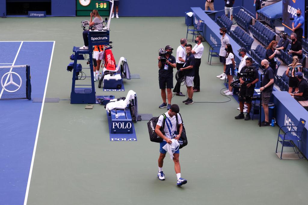 Djokovic es expulsado del US Open por pelotazo a juez de línea