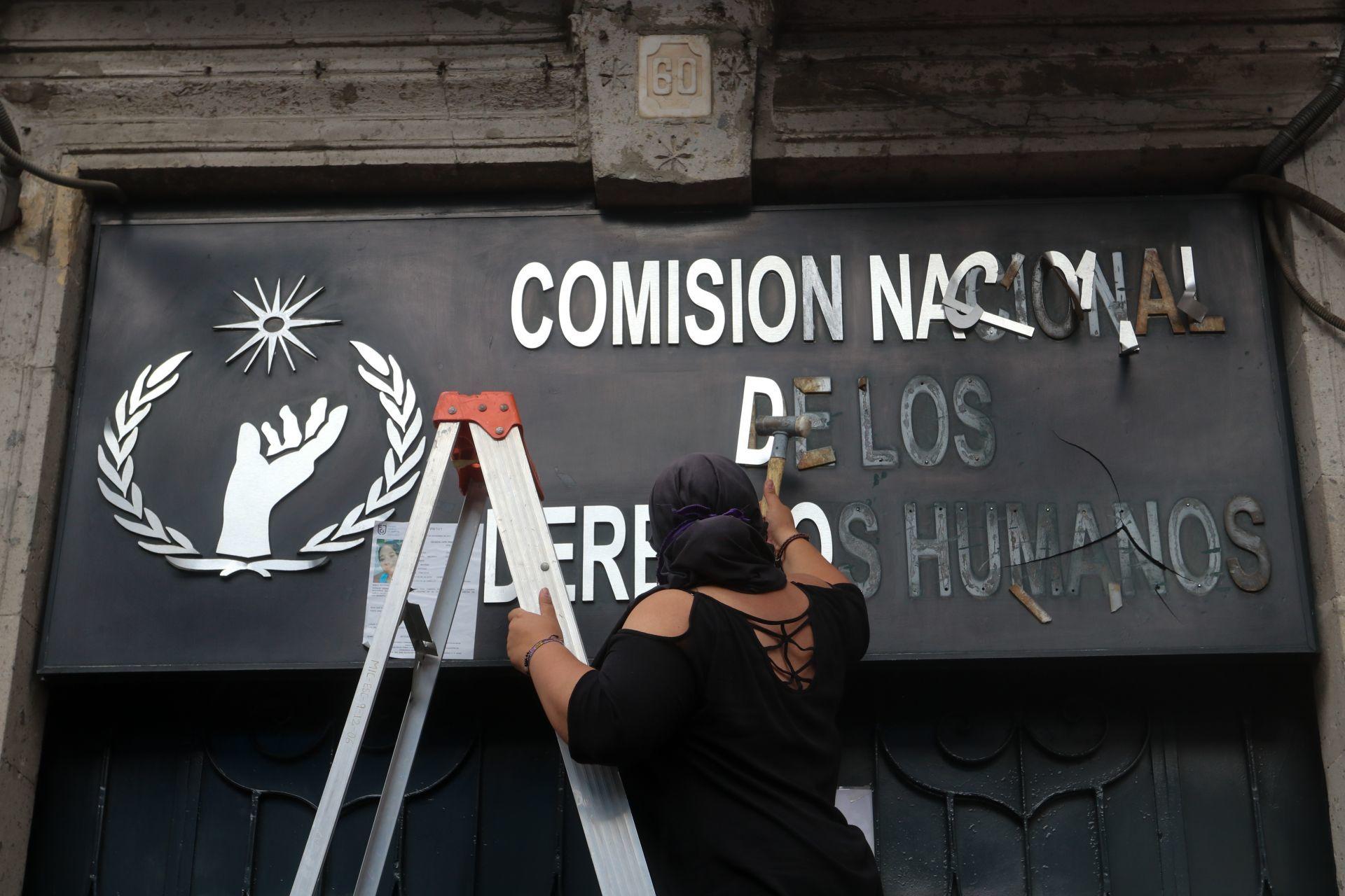 fotos-videos-imagenes-toma-feminista-cndh-oficinas-centro-cdmx-rosario-piedra-03