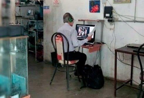 ¡Aplausos! Maestro sin internet acude diario a un ciber para dar sus clases en línea