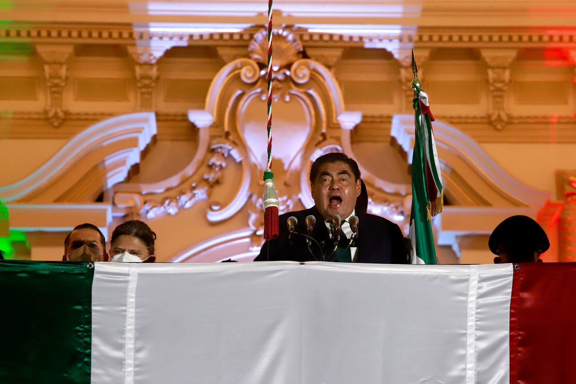 Critican a Miguel Barbosa por mencionar a Benito Juárez durante Grito de Independencia en Puebla