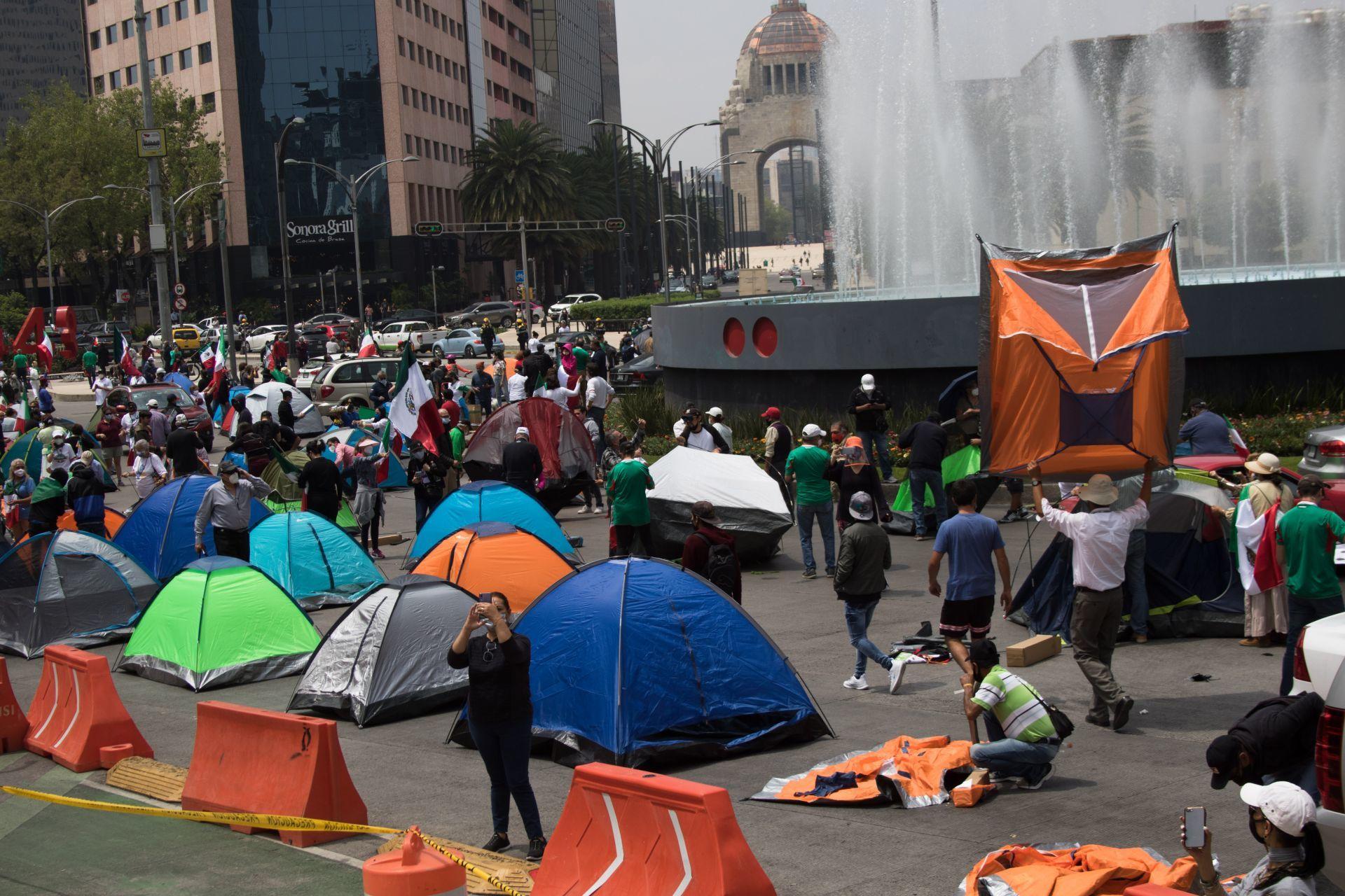 Integrantes del Frente Nacional Anti-AMLO (FRENA) extendieron su plantón de avenida Juárez a Avenida Reforma, ellos exigen la renuncia del Jefe del Ejecutivo.