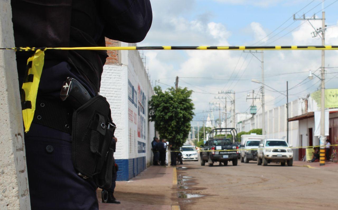 JARAL DEL PROGRESO, GUANAJUATO, 12SEPTIEMBRE2018.- Dos policías perdieron la vida la mañana de este miércoles en la gasolinera, ubicada en la comunidad de Victoria de Cortazar, cuando los elementos iban a cargar gasolina un grupo armado los emboscó y les dispararon en repetidas ocasiones. Aunque los elementos trataron de repeler el ataque, su armas no fueron suficientes para hacerle frente a los agresores, quedando los cuerpos tirados alrededor de la patrulla. FOTO: GUSTAVO BECERRA /CUARTOSCURO.COM