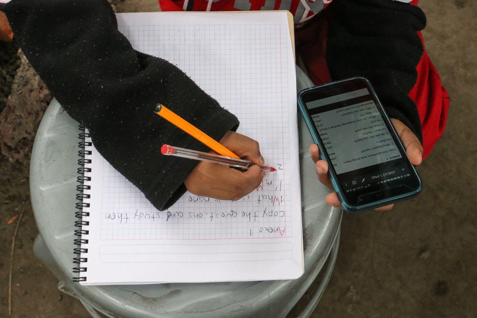 """Bájeme la voz, malcriada"": Maestro explota contra alumna"