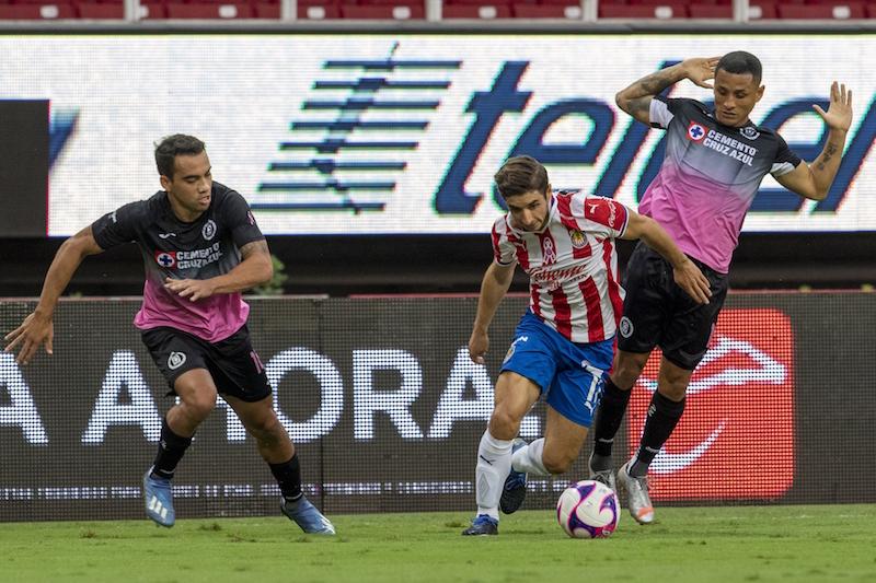 Con uniforme espantoso, Cruz Azul termina con la sequía goleadora ante las pobres Chivas