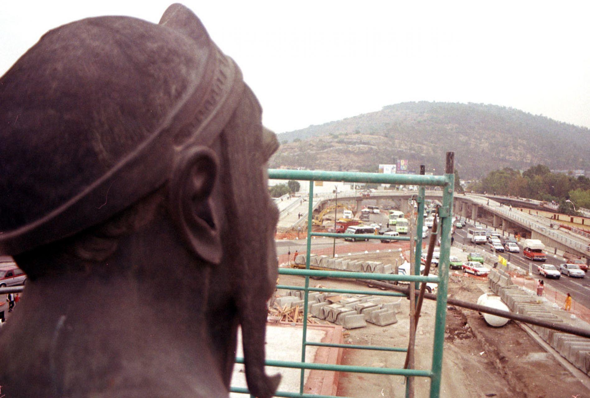 MEXICO, D.F. 14MAYO2005.- La estatua de los Indios Verdes que se encuentran en Insurgentes norte serán removidas por las obras del metrobus.FOTO: Arturo Juárez/CUARTOSCURO.COM