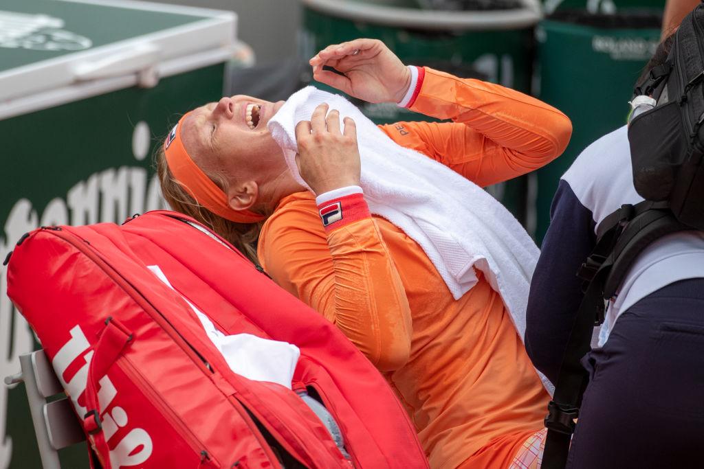 Controversia en Roland Garros tras la salida de Kiki Bertens en silla de ruedas