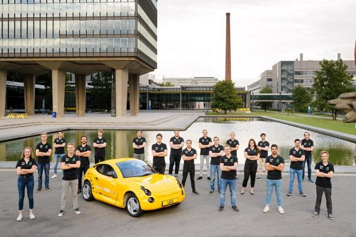 ¡Grandes! Estudiantes crean un automóvil eléctrico hecho de basura