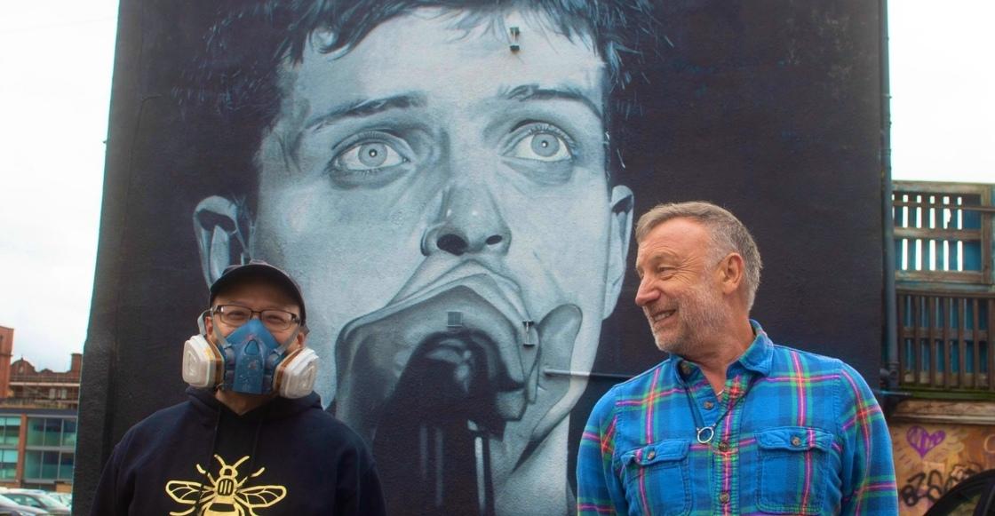 ¡Asombroso! Peter Hook presenta un mural en honor a Ian Curtis por el Día de la Salud Mental