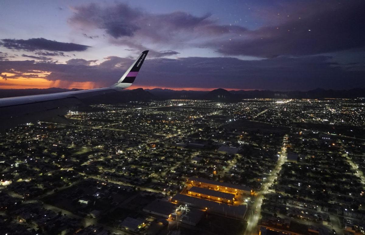 Vuelo de volaras sobrevuela la Ciudad de México