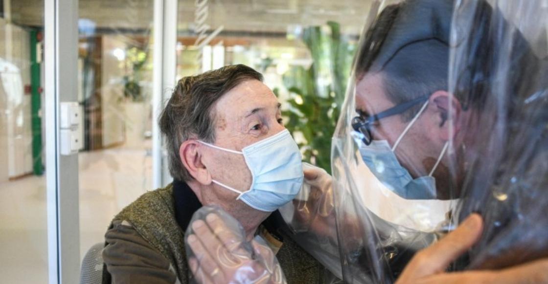 Asilo crea ingeniosa 'sala de abrazos' para evitar contagios por Covid-19