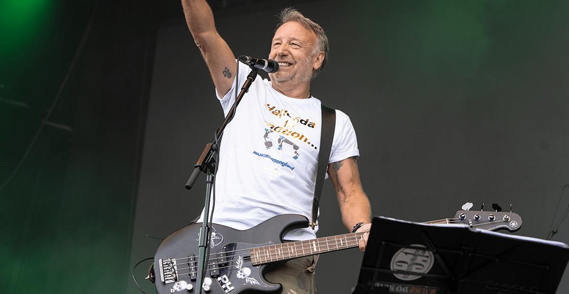 "Checa a Peter Hook tocando en vivo ""Aries"", su colaboración con Gorillaz"