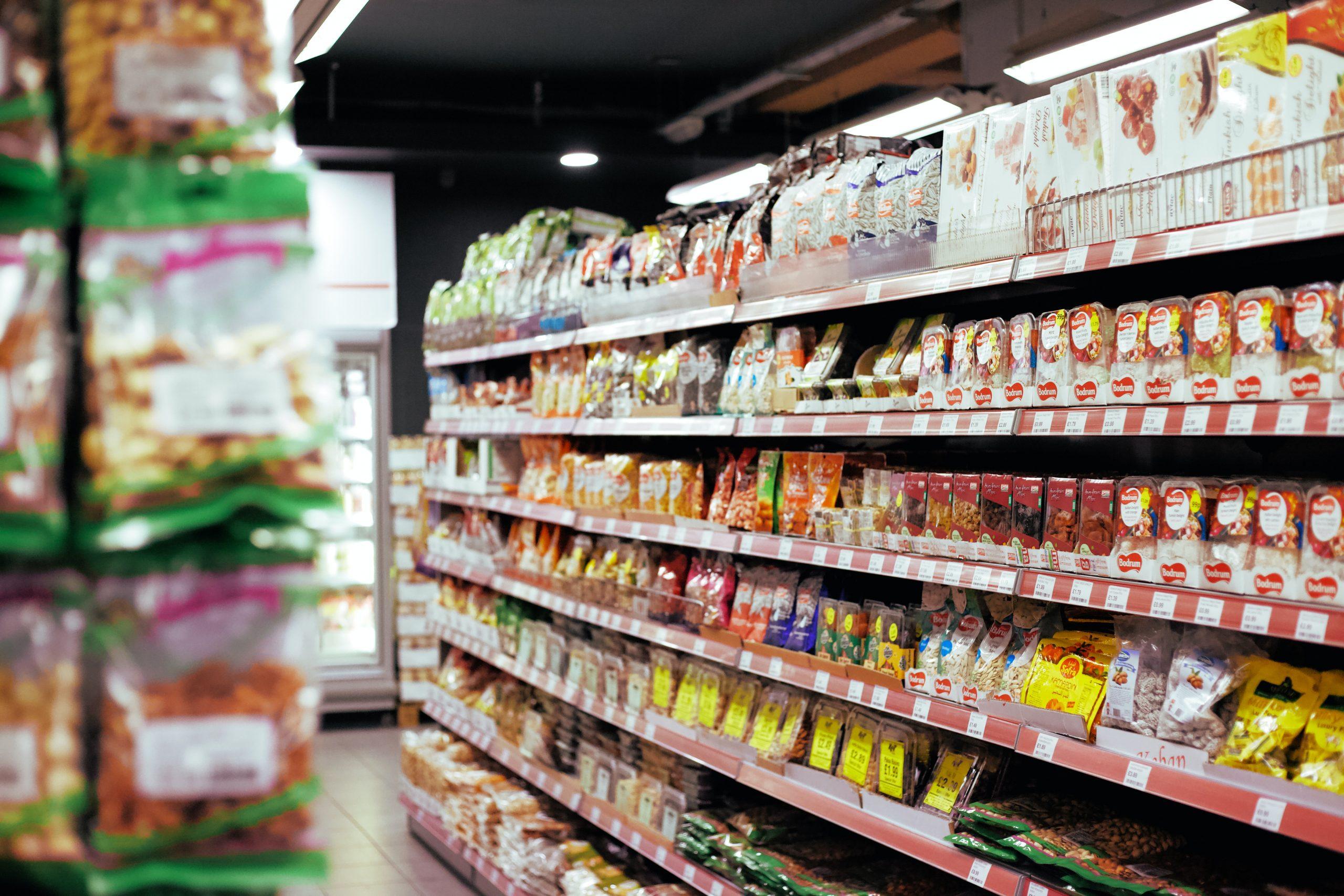 ¡Crack! Empleada de supermercado anuncia su renuncia en el megáfono y acusa a compañeros de racismo
