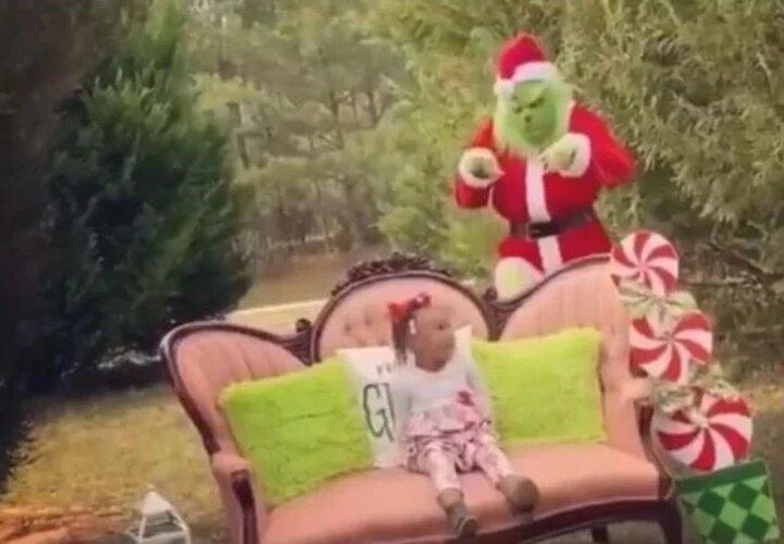 ¿Manchada? Critican a una madre por asustar a su pequeña hija con el Grinch