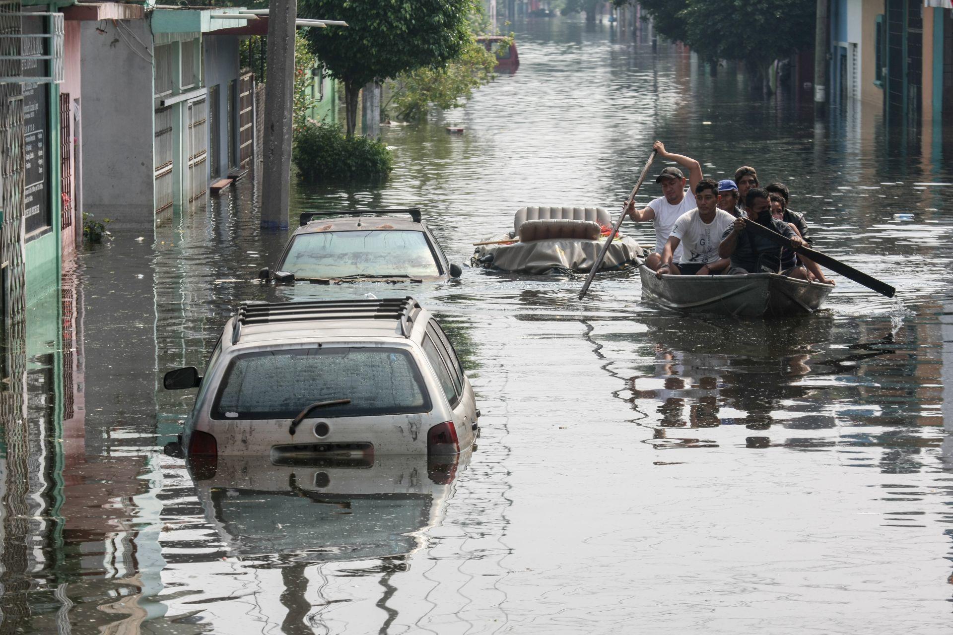 """""""Aquí les tocó vivir"""" dice directora de Conagua a pobladores de Tabasco afectados por inundaciones"""