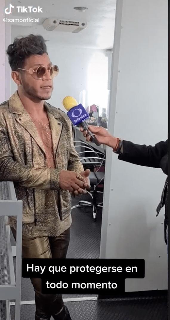 Más vale prevenir: Reportero 'protege' su micrófono con.... ¡¿un condón?!
