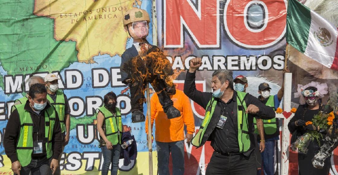 Migrantes queman piñata de Trump frente al muro fronterizo