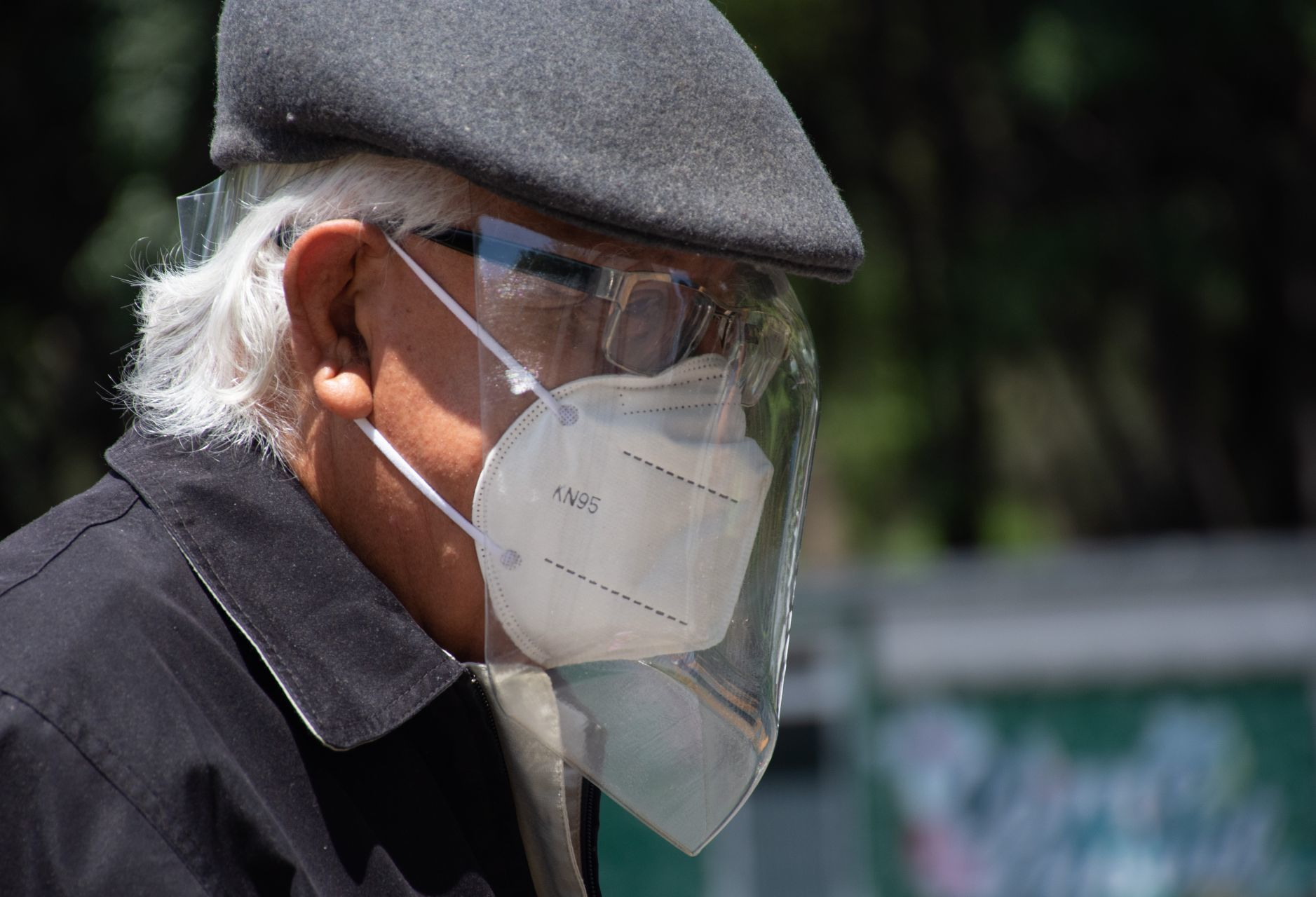 """""""Necesito trabajo, auxilio"""": Abuelito pide ayuda con cartel afuera de Metro Polanco"""