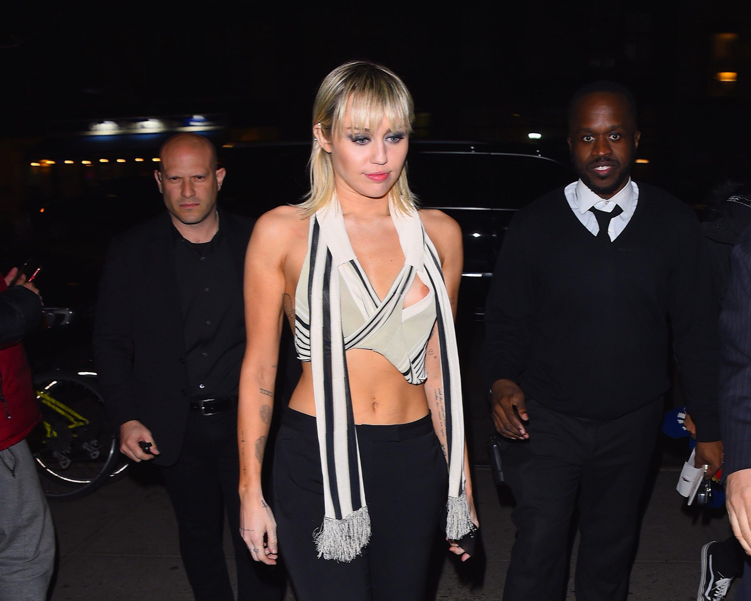 Miley Cyrus pour encourager les travailleurs de la santé avant le Super Bowl LV!